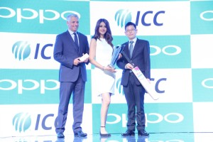 L to R Mr. David Richardson, CEO, ICC, Ms Aditi Arya, Miss India 2015 and Sky Li, OPPO Global VP, MD of International Mobile Business and President of OPPO India celebrating Global Partnership