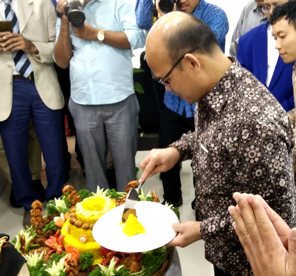 Mr. Saut Siringoringo, Consul General, Republic of Indonesia,Mumbai with Tumpeng ...it's like cake cutting during celebration in Indonesia. - Photo By Sachin Murdeshwar GPN NETWORK.