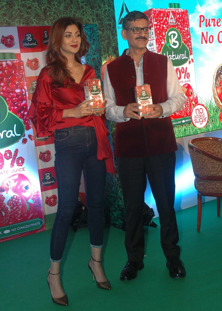 Mumbai (GPN) : Actor Shilpa Shetty and Hemant Malik, Divisional Chief Executive of ITC Foods Division during the launch of ITC's B Natural juice at ITC Grand Central Hotel in Mumbai on Monday. 10.04.2017