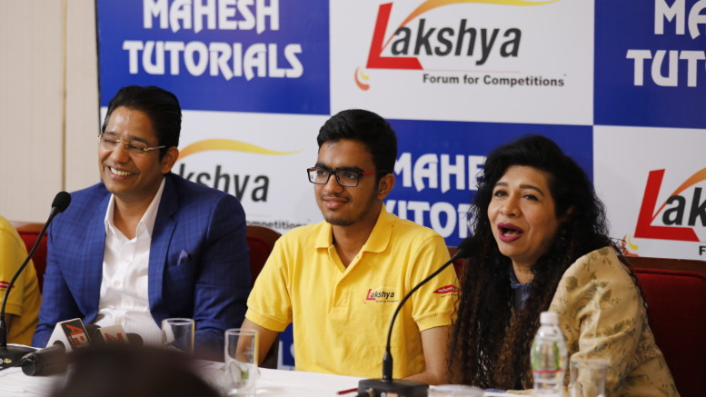 (L-R) Mr. Mahesh Shetty, (Chairman and Managing Director – MT Educare Ltd.), Sarvesh Mehtani, All India Rank 1 in the highly competitive IIT-JEE (Advanced) 2017 and Dr. Chhaya Shastri, (Director – MT Educare Ltd.) addressing a press conference in Mumbai-Photo By Sachin Murdeshwar GPN NETWORK