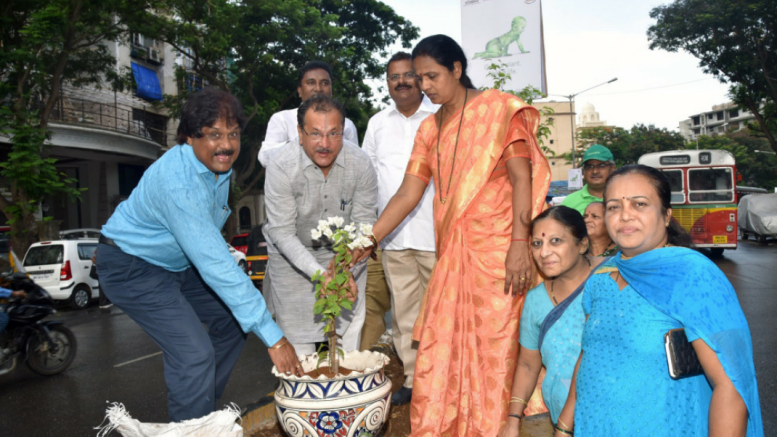 From L-R – Saahebrao Gaikwad – Sahayak Aayukt, R Dakshin Ward; Yogesh Sagar – MLA; Kamlesh Yadav – Prabhat Samiti Chairman, R-South ward and Priyanka More – Local Corporator participating in plantation drive organized by Siddha Group, in Mumbai – Photo By Sachin Murdeshwar GPN NETWORK.