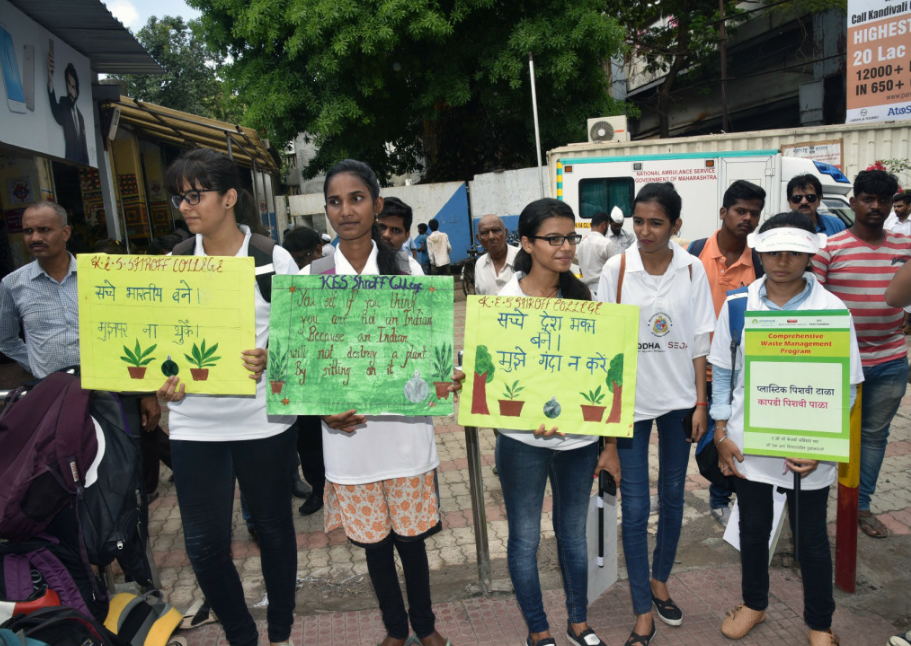 Students of KES Shroff College participating in the Swachhata Rally organized by Siddha Group giving a strong message of keeping our environment clean and green - Photo By GPN  NETWORK.