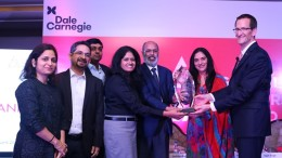 Ms. Varsha Ramachandran Manager HR Talent Management  OD at Axis Bank receives the Dale Carnegie Global Leadership Award 2017 - Photo By Sachin Murdeshwar GPN NETWORK