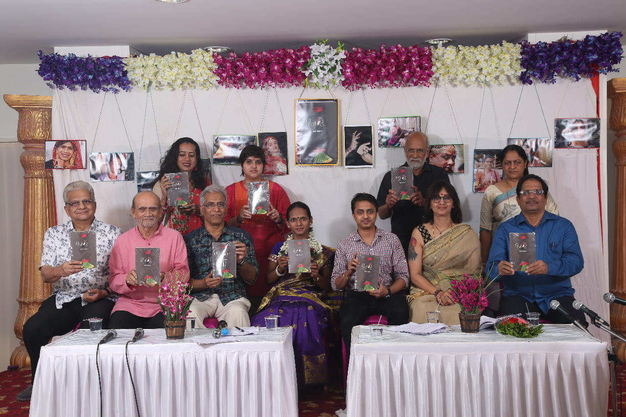 "PUBLICATION OF A NOVEL TITLED ""HIZDE"" BY AUTHOR Smt.  SWATI CHANDORKAR PUBLISHED BY MEHTA  PUBLISHING HOUSE RELEASED AT A GRAND BOOK LAUNCH EVENT AMIDST TRANSGENDERS - Photo By Sachin Murdeshwar GPN /  07.12.17"