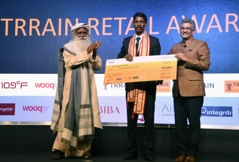 FIRST PRIZE: Sadhguru, Founder Isha Foundation and Mr. BS Nagesh, Founder TRRAIN presented the TRRAIN Retail Awards National Winner Gold to Mr. Velu M, Marks & Spencer Reliance India – Chennai – photo by GPN