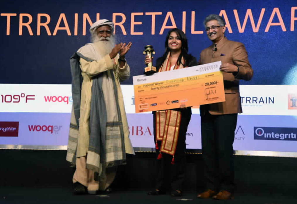 SECOND PRIZE: Sadhguru, Founder Isha Foundation presented the TRRAIN Retail Awards National Winner Silver to Ms. Neelam Parmar, Star Bazaar – Mumbai – photo by GPN
