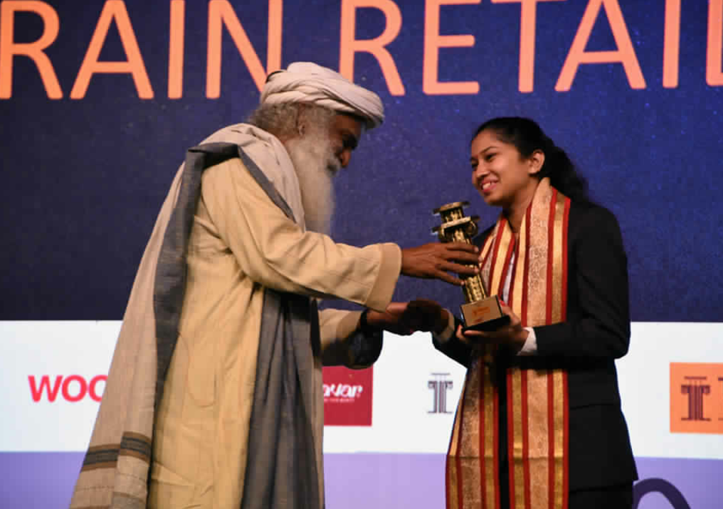 THIRD PRIZE: Sadhguru, Founder Isha Foundation presented the TRRAIN Retail Awards National Winner Bronze to Ms. Shradha Mangal, Godrej Nature's Basket – Mumbai – photo by GPN