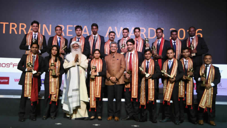 GROUP PHOTO: Sadhguru, Founder Isha Foundation and Mr. BS Nagesh, Founder TRRAIN with winners of the TRRAIN Retail Awards, held in Mumbai – photo by GPN