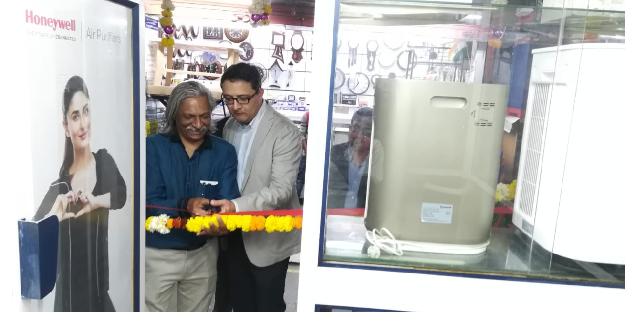 (L-R) Mr. Dinesh Agrawal -shop owner and Mr. Anupam Mathur, Sales Director, New Business – Connected Living Solutions, Honeywell Building Technologies, India - Photo By Sachin Murdeshwar