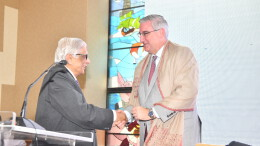 Mr. Eric Holcomb, Governor of Indiana, USA (right) being felicitated by Mr. Y.R. Warerkar, Director General, MVIRDC World Trade Center at an interactive programme on 'Doing Business in Indiana' in Mumbai - Photo By Sachin Murdeshwar / GPN